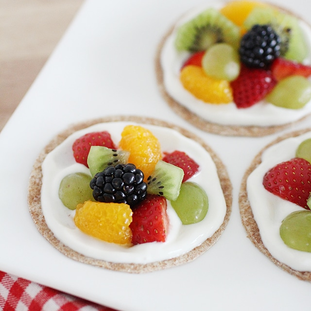 healthy fruit pizzas with greek yogurt frosting
