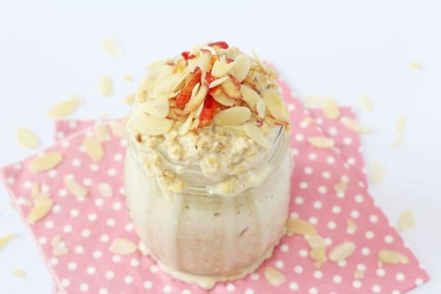 Apple & Almond Butter Overnight Oats Recipe. A delicious and healthy overnight oats recipe flavoured with apple and almond butter!