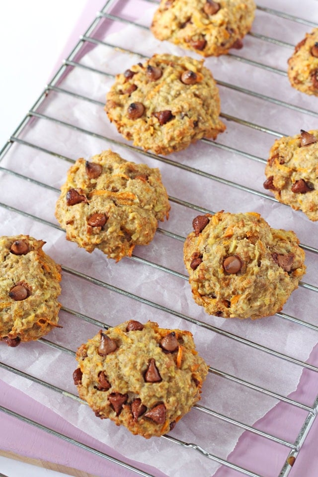 Healthy Carrot & Apple Breakfast Oat Cookies. Healthy oat breakfast cookies made with both fruits and veggies! No added sugar and perfectly delicious for an on the go breakfast! www.superhealthykids.com