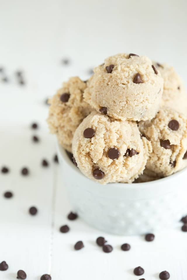 Chocolate Chip Macaroons are vegan, gluten free and can be made raw. They are a healthier alternative to the traditional macaroon cookie!