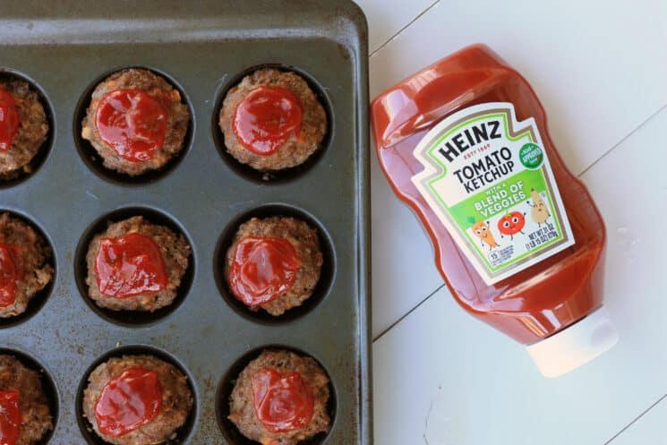 pastel de carne de lata de panecillo con salsa de tomate en la parte superior