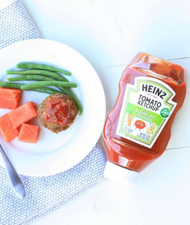 cena saludable de carga de carne, judías verdes y sandía en un plato
