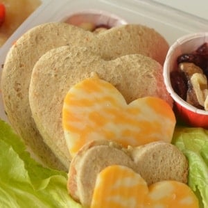 Sending Healthy Food To School {Hummus Veggie Sandwich Recipe}. Cuteness aside, there are some solid packing tips here for you! No Heart cutters necessary!